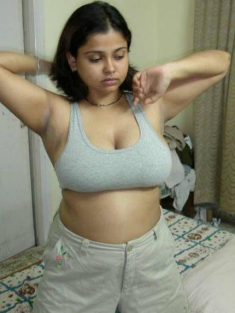 Tamil Girls Showing her sexy Boobs