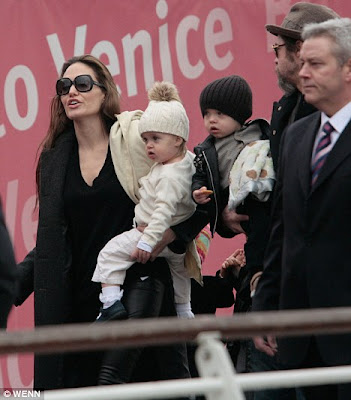 brad pitt and angelina jolie kiss. Family trip: Angelina Jolie