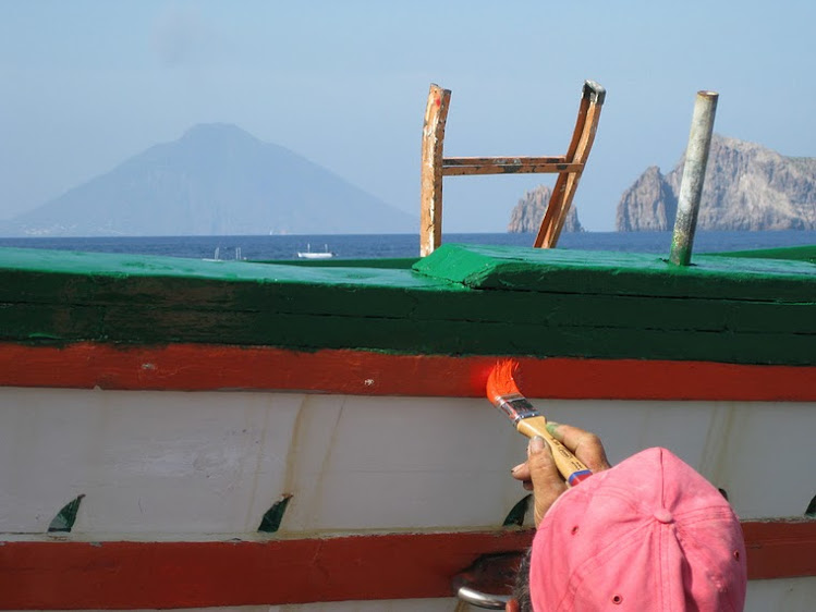 ITALY - The Island of Stromboli whose active volcano erupts every 25 mins. / @JDumas