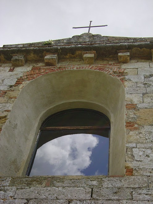 ITALY - A church window. / @JDumas