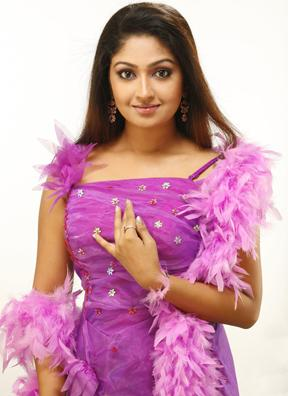 south india mallu actor Mithra Kurian hot saree navel show image gallery
