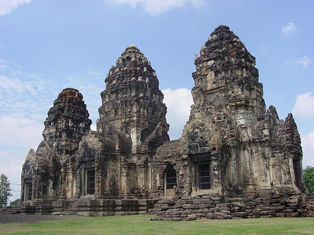 Travelling to thailand lopburi monkey town for Architecture khmer