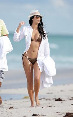 Kim Kardashian – Bikini Photos at the Beach in Miami