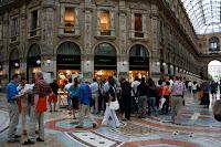 Gente haciendo cola para ver un codex de 1497 en la Galería Vittorio Emanuele