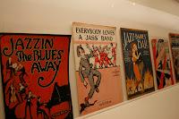 Diversas partituras con las diferentes formas de expresar el término Jazz