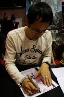 Kenji Kamiyama firma autógrafo en Salón del Manga Barcelona 2010