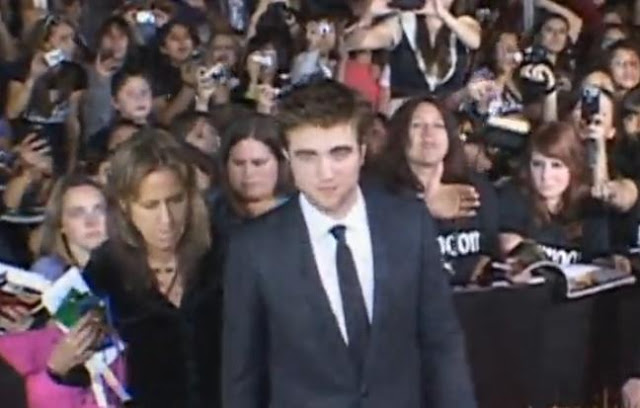 Robert Pattinson At New Moon LA Premiere Red Carpet