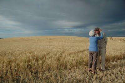 Pasangan warga emas bersama padang barli mereka yang baru dituai. Pasangan ini sudah berkahwin selama 60 tahun.