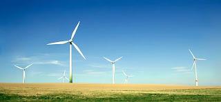 Impianto eolico su un campo