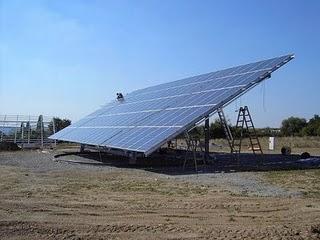 Pannello solare fotovoltaico nel deserto