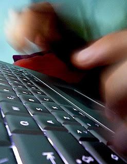 Uomo che digita sulla tastiera
