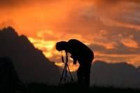 Fotografo che scatta una foto al tramonto