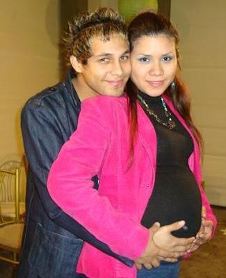 Karen Aponte embarazada junto a Jonathan Rojas