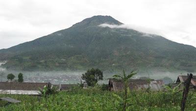 http://4.bp.blogspot.com/_tbCAR04Ek0Q/TE3DC2HFusI/AAAAAAAAANg/YT5T8cimkq0/s1600/img_0658_gunung1.jpg