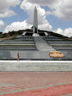 Los pueblos africanos requieren a Corea Popular para que les construyan sus monumentos Heroes_Acre_1