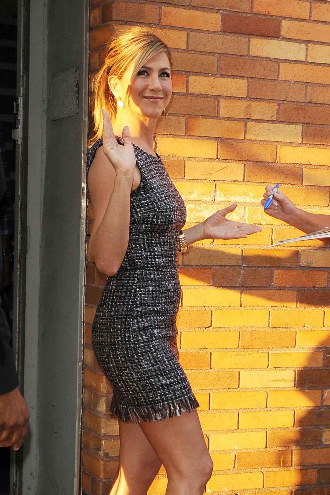 http://4.bp.blogspot.com/_te_-NCYOffc/TG6hoAXT_dI/AAAAAAAACbs/Xo2AgVW7y14/s1600/Jennifer-Aniston_legs_8.jpg