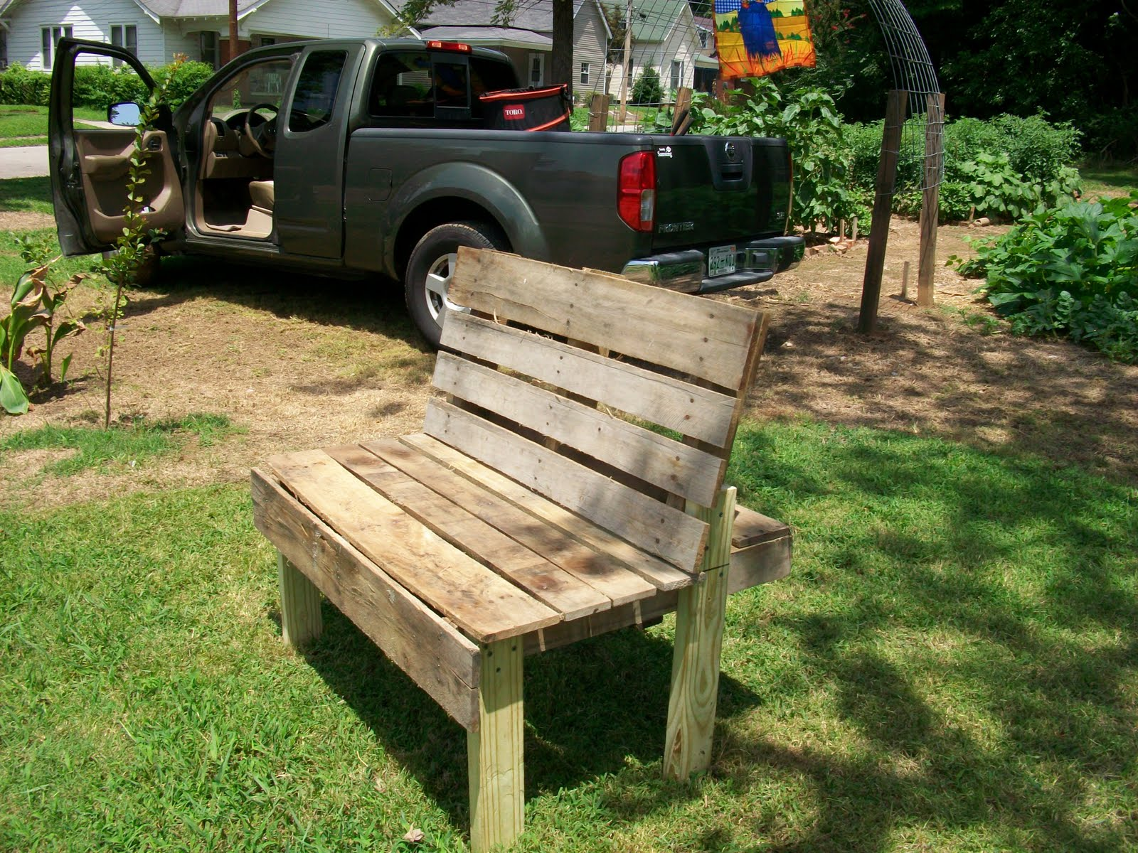 Garden daddy recycled pallet becomes garden bench for Banc en bois jardin