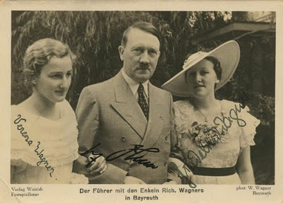 El cumpleaños de Hitler. Hitler+with+Wagners+granddaughters+-+Verena+and+Friedelind