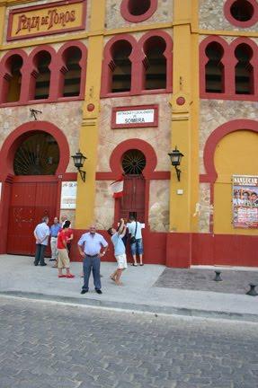 Delante de la plaza de Sanlúcar.