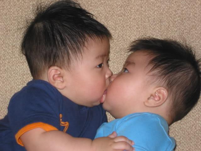 Ciuman hot banget Langsung Lemes .... =p