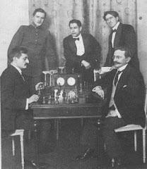 De pie alekhine,capablanca y marshall,sentados lasker y tarrash