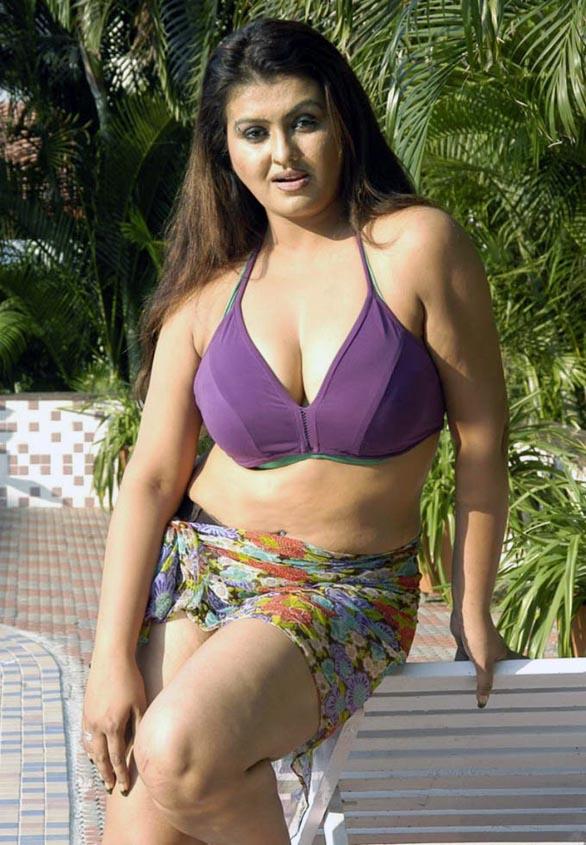 http://4.bp.blogspot.com/_tsm8aXWY6iA/S_vwnV8xCnI/AAAAAAAAHpU/poyLDHnLSa8/s1600/glam-queen-Sona-Sokkali-bikini-photos-22.jpg