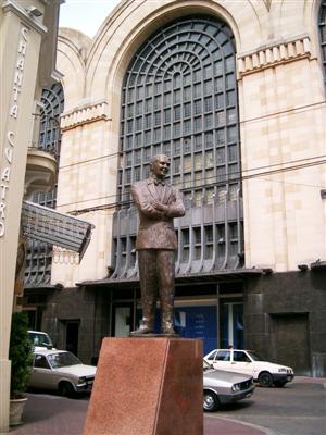 Estatua de Gardel en el Abasto.