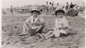 Con mi hermana, jugando en la arena.