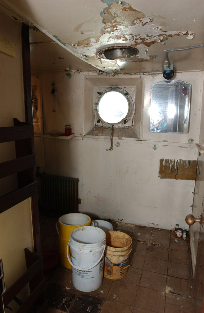 [060812-41+buckets+leak+Asst+Eng+cabin+sm.jpg]