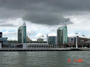 As Torres da Expo e o Teleférico num dia cinzento