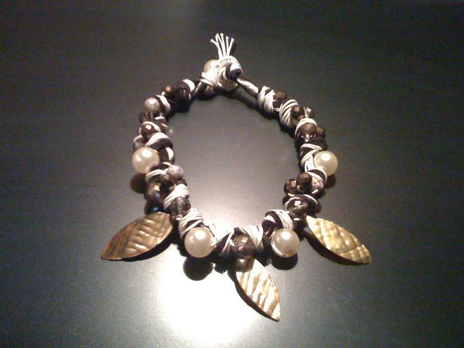 Girocollo di cotone e cuoio vellutato con perle cristalli e foglie color oro