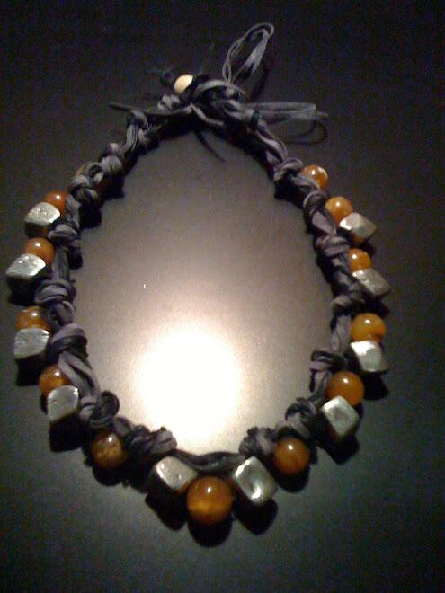 Collana di cotone e cuoio vellutato con perle ambrate e cubi irregolari di acciaio