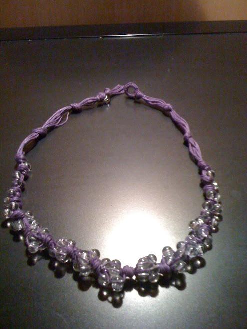 Collana a grappolo di cotone viola con perle di vetro trasparenti