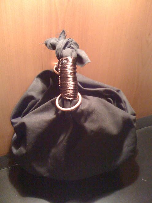 Borsa nera con manici marrone lucido e anelli di ottone