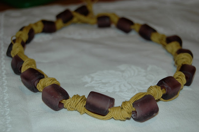 Collana con vetri satinati color viola su corda cerata senape
