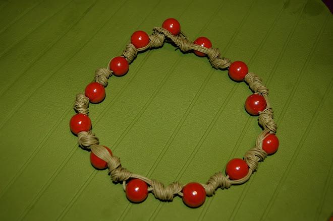 Girocollo con perle di vetro rosso su cotone cerato color senape