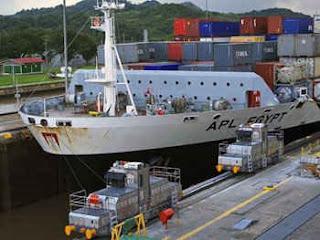 Tránsito de portacontenedor por el Canal de Panamá