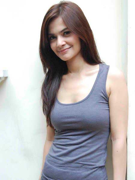 Foto Seksi Cut Tari with Tank Top Celebrity Fashion style pic