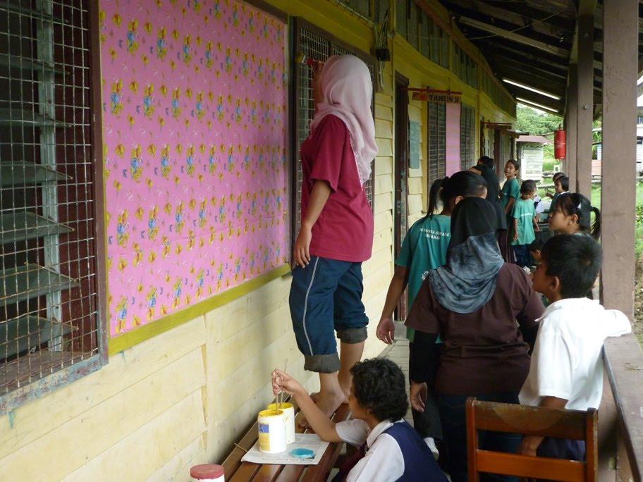 Guru dan murid juga turut menyecat dinding dan papan