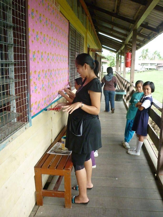 Guru dan murid turut bekerjasama dalam menceriakan sekolah