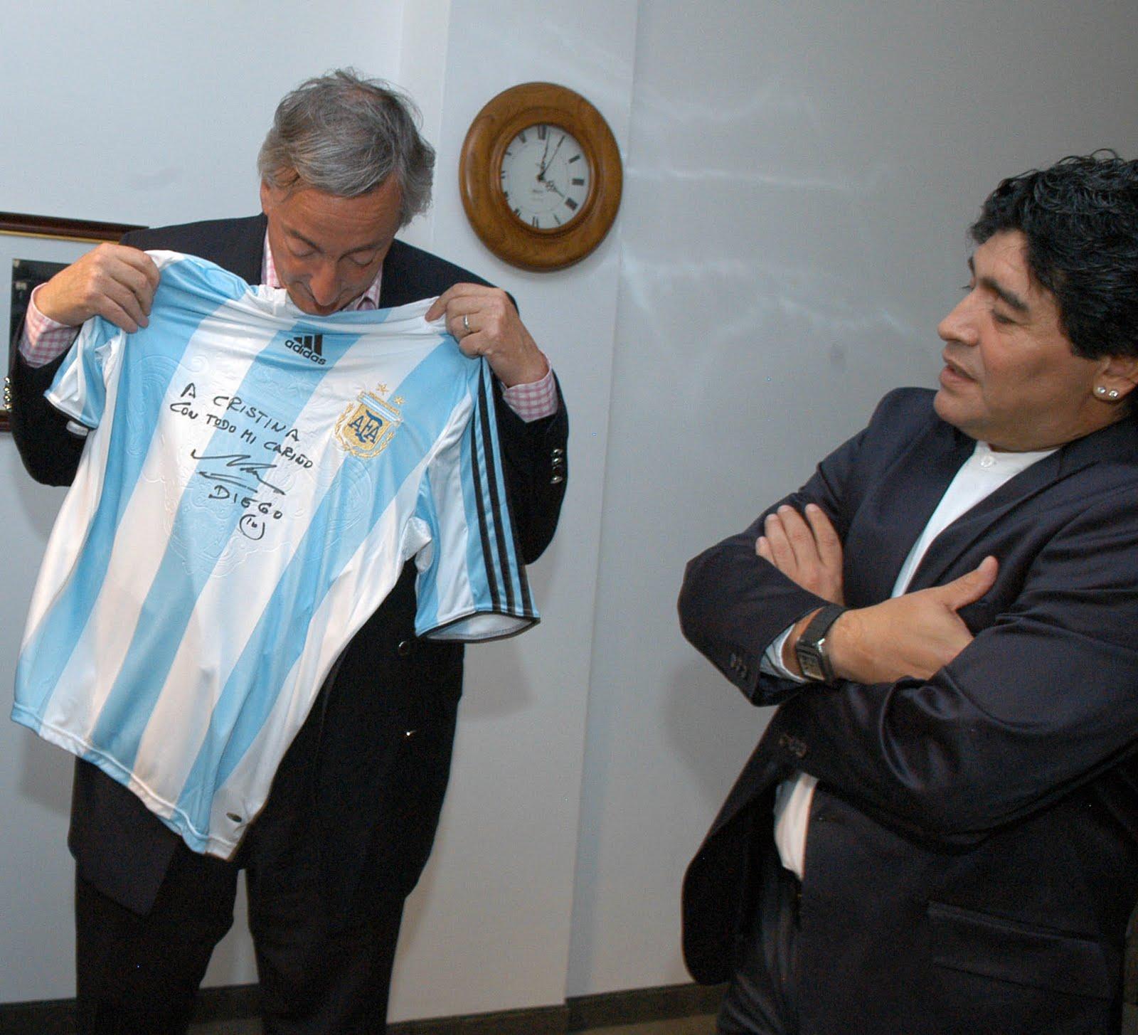 Maradona homenajeó a Néstor Kirchner en el aniversario de su muerte