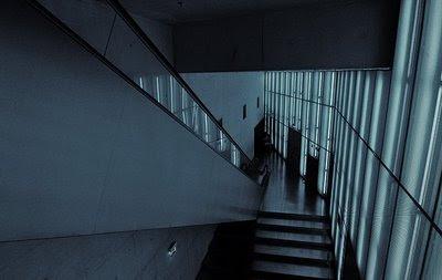 Escada interior à saída da sala Sugia