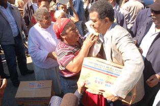 PIDEN LEONEL FERNANDEZ SANCIONE MILITARES LANZARON BOMBAS LACRIMOGENAS