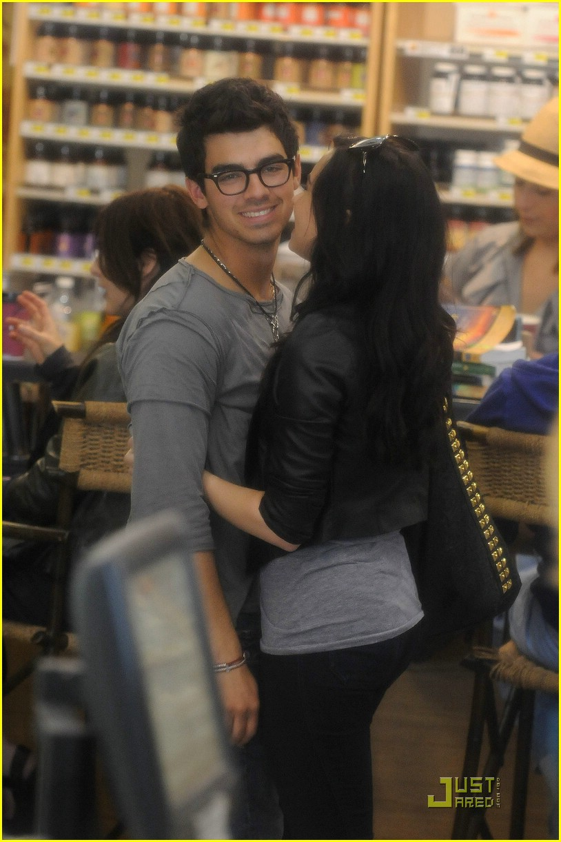 DEMI AND JOE KISS AND LAUGH WHILE SHOPPING The True Gossip
