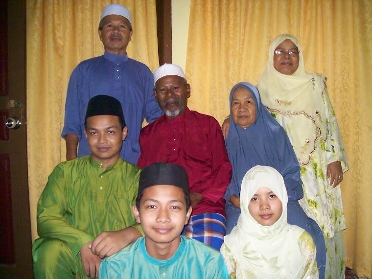 Inilah keluarga akak bersama ibubapa akak