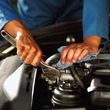 arreglando su coche