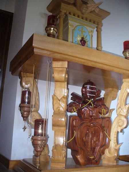 altar de madeira Tola da Costa do Marfim com Brasão do Vaticano