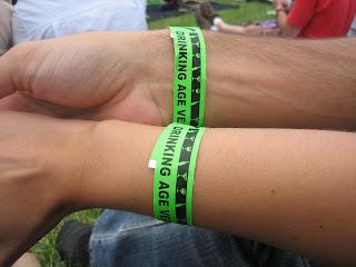 bracelets prouvant que l'on a l'age de boire lors d'un concert aux états-unis, à seattle