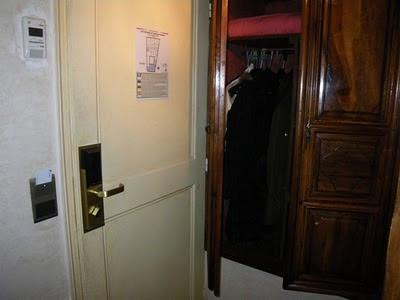 部屋の入口とクローゼット