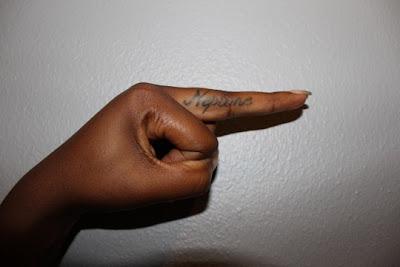 Dedo Da Moca Com A Tattoo Neptune Outros Famosos E Suas Tatuagens